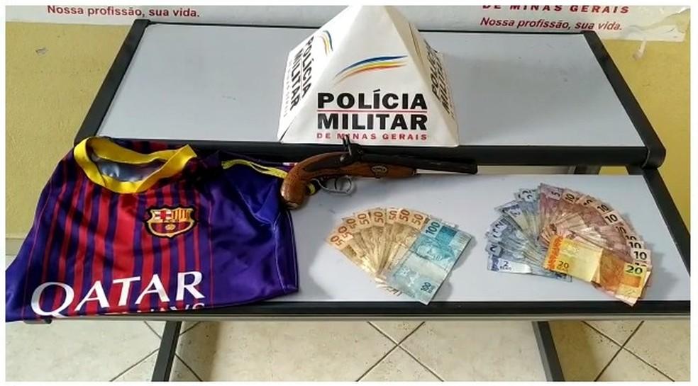 Polícia apreendeu dinheiro e arma de fogo em Marilac  — Foto: Polícia Militar/Divulgação