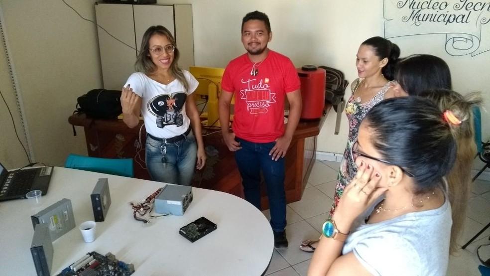 Adriane Gama orientou participantes da oficina sobre forma de metareciclagem, traquinagem e cultura Maker  (Foto: Fábio Cadete/G1)