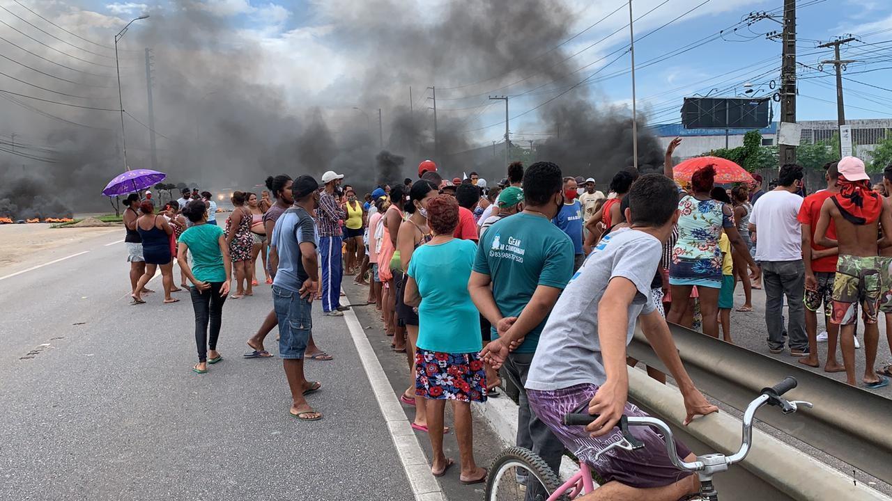 Moradores interditam trecho da BR-101 em protesto contra despejo de famílias em Bayeux, PB