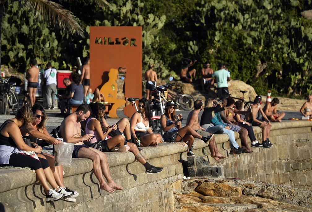 RJ, 29/05/2020 Pedra do Arpoador foi isolada pra impedir acesso de banhistas, mas a mureta ficou cheia e quase todos sem máscara — Foto: Marcos Serra Lima/G1