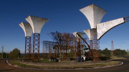 Portal que custou R$ 630 mil é demolido antes da conclusão