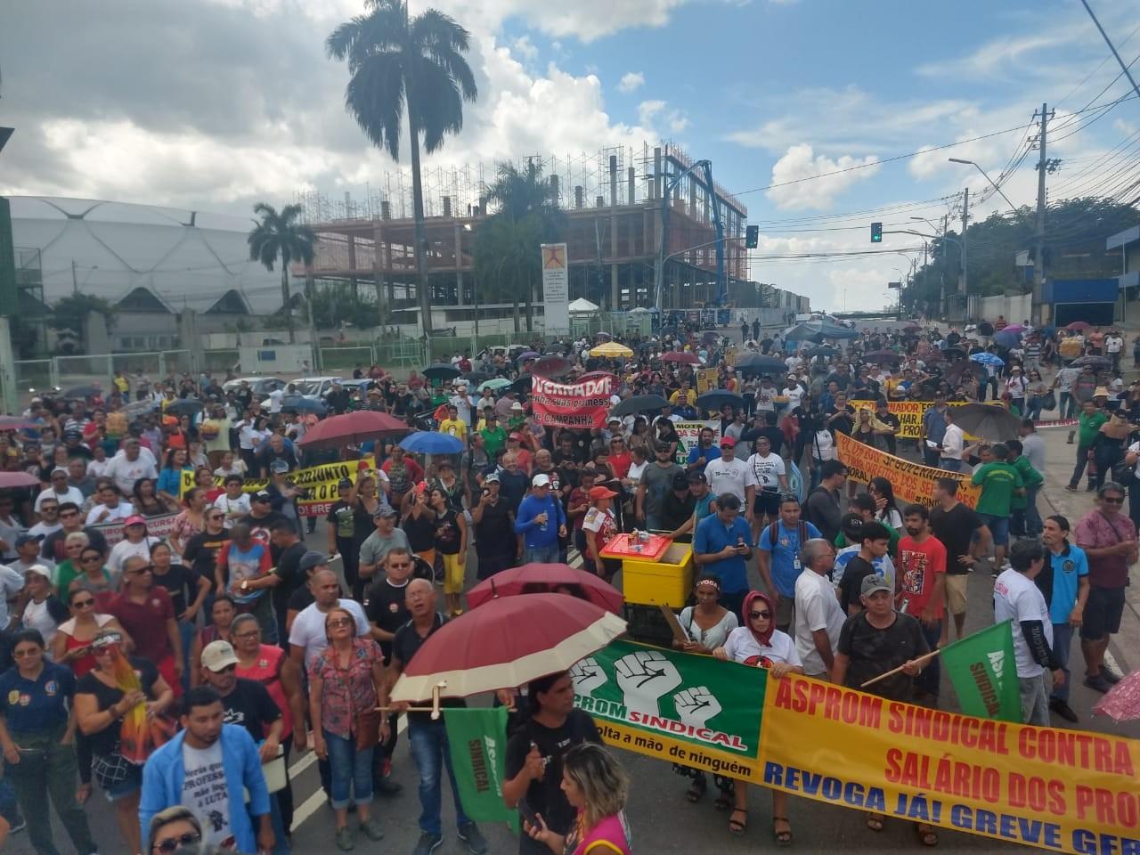Grupo faz protesto contra medida que suspende, até 2021, reajustes de servidores públicos no AM - Notícias - Plantão Diário