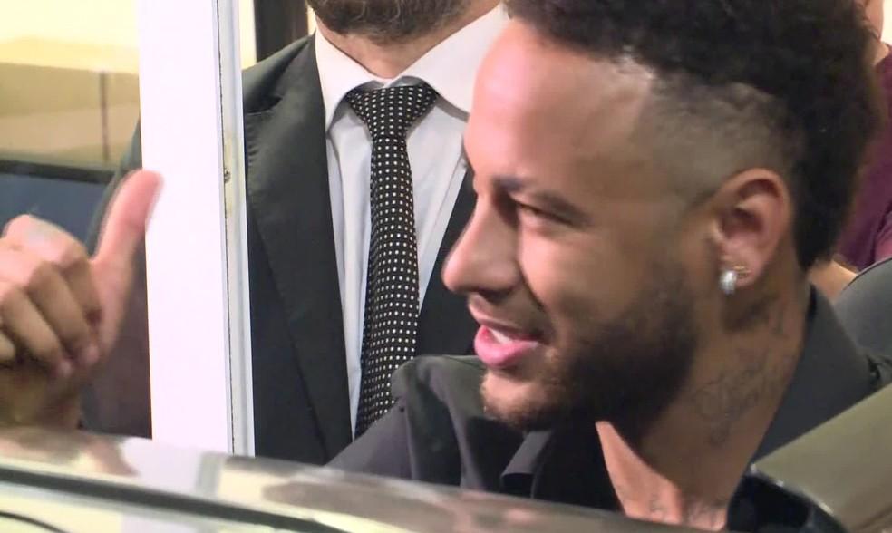 Neymar sorri e faz sinal de positivo após depoimento e agradecer carinho de fãs — Foto: Reprodução/ TV Globo