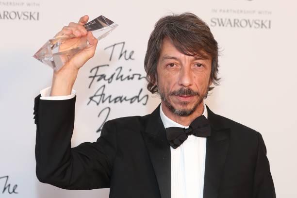 Pierpaolo Piccioli com seu prêmio de Estilista do ano (Foto  Getty Images) 7c8634e160