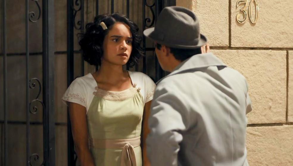 Inês (Carol Macedo) e Carlos (Danilo Mesquita) discutem a relação após o jantar na casa de Lola (Gloria Pires) — Foto: Globo