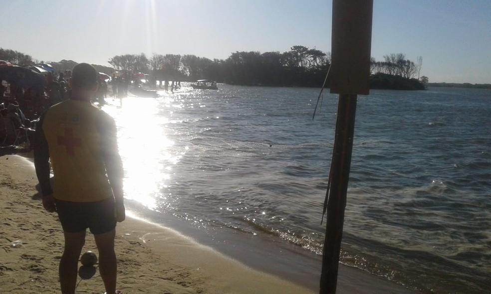 Pescadores e moradores ajudaram os mergulhadores nas buscas por adolescente que desapareceu no Rio Paraíba do Sul, em São João da Barra, no RJ — Foto: Divulgação/Corpo de Bombeiros