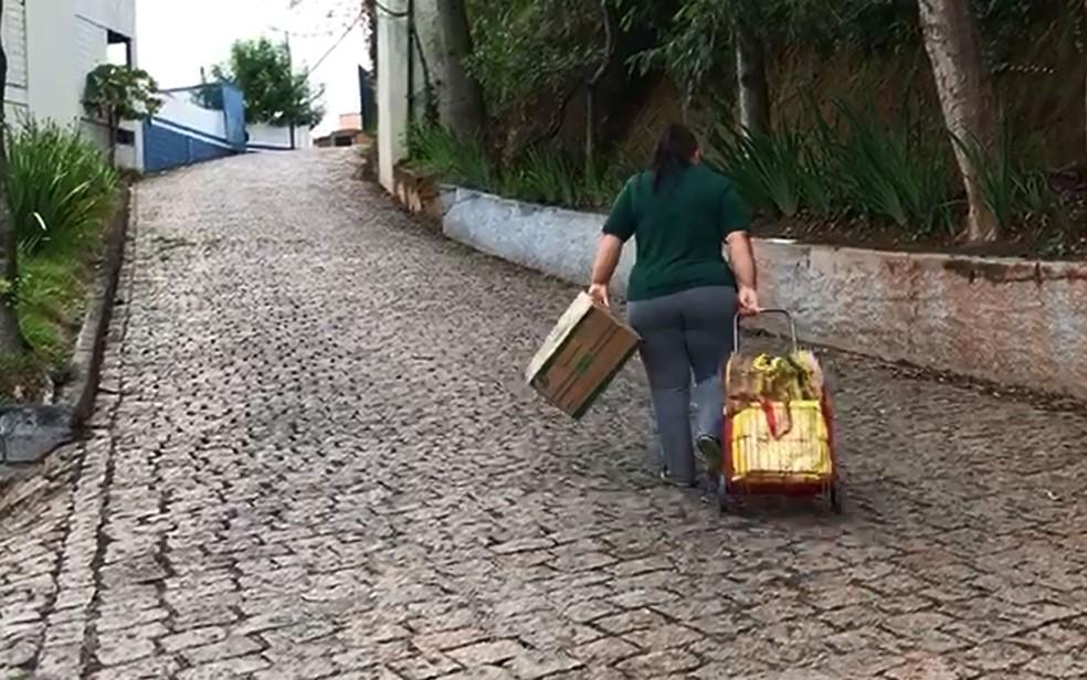 Aaposentada Celia Martins caminha muito para pegar a cesta básica em Cotia (Foto: Caio Prestes/TV Globo)