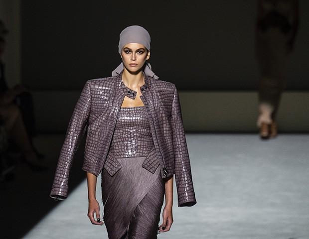 Acredite, o lenço na cabeça é uma das trends para o verão (Foto: Imaxtree)