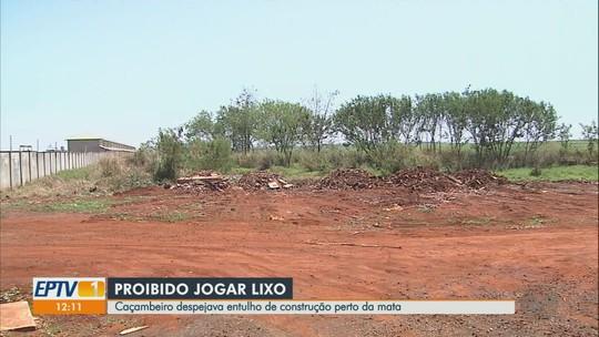 Dono de empresa de caçambas é multado por despejo irregular de entulho em Sertãozinho, SP