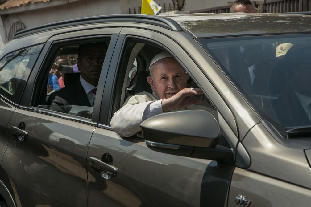 Papa Francisco anda de carro durante sua viagem em Madagascar neste sábado (7) — Foto: Rijasolo /AFP