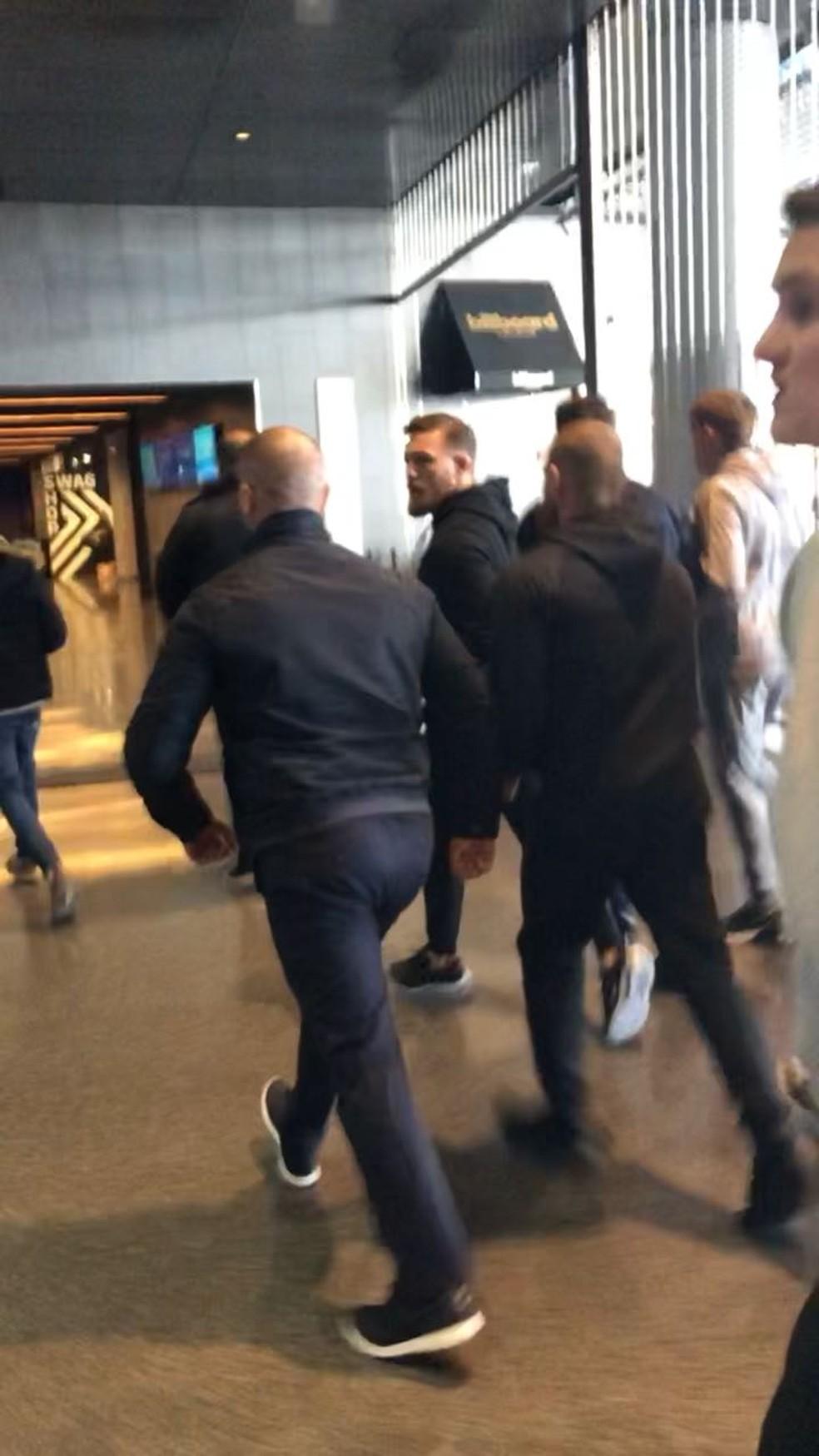 Conor McGregor invadiu o Barclays Center e atacou um ônibus do UFC em Nova York (Foto: Reprodução)