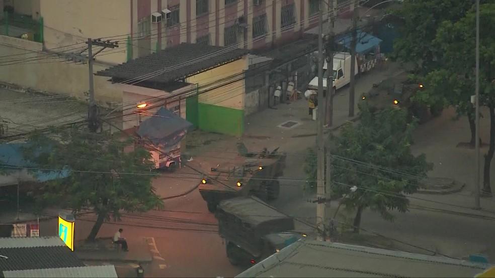 Comboios as Forças Armadas circulam na região do Complexo do Alemão (Foto: Reprodução/ TV Globo)