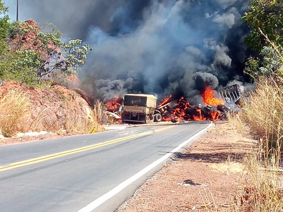 Carretas colidem de frente e pegam fogo na BR-135 — Foto: Lucas Sena