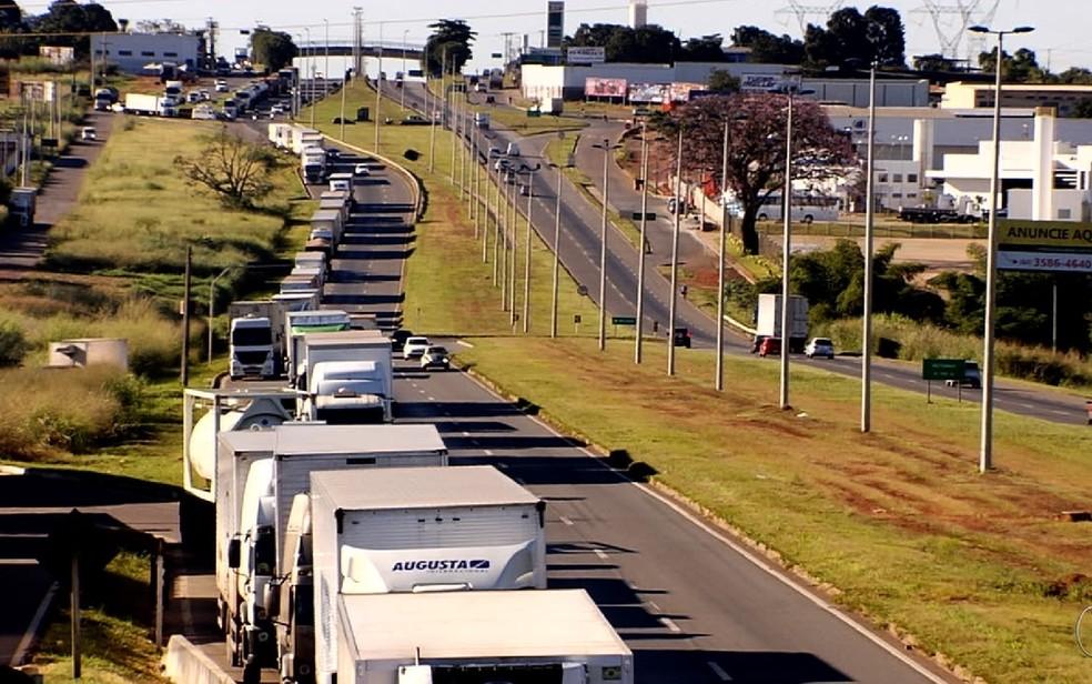 Pelo 3º dia seguido, caminhoneiros mantêm bloqueios em rodovias de Goiás em protesto contra alta do diesel (Foto: TV Anhanguera/Reprodução)