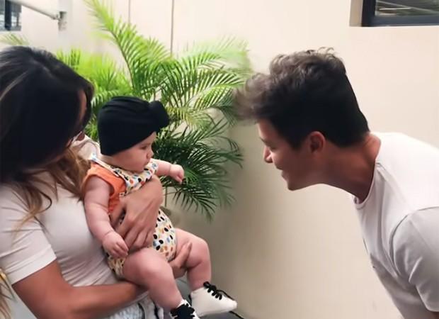 Rodrigo Faro interage com Zoe, filha de Sabrina Sato (Foto: Reprodução/Youtube)
