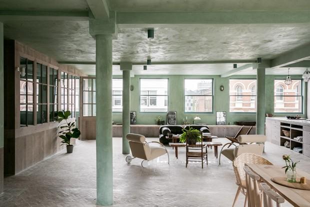 Antes armazém, agora um loft inspirador em tons suaves de verde (Foto: Toby Lewis Thomas e Taran Wilkhu)