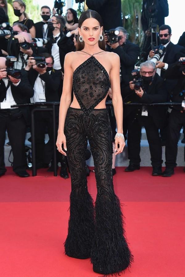 Cannes 2021: Izabel Goulart aposta em plumas e transparência para o red carpet (Foto: Reprodução Instagram)