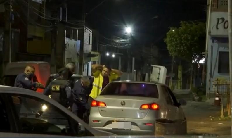 Homem é detido e levado para delegacia na 1ª noite de 'toque de recolher' em Simões Filho, região metropolitana de Salvador