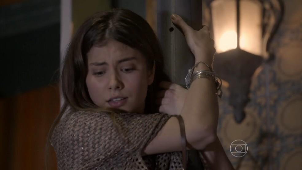 Bianca (Bruna Hamú) salta de janela para encontrar Duca (Arthur Aguiar). — Foto: Globo