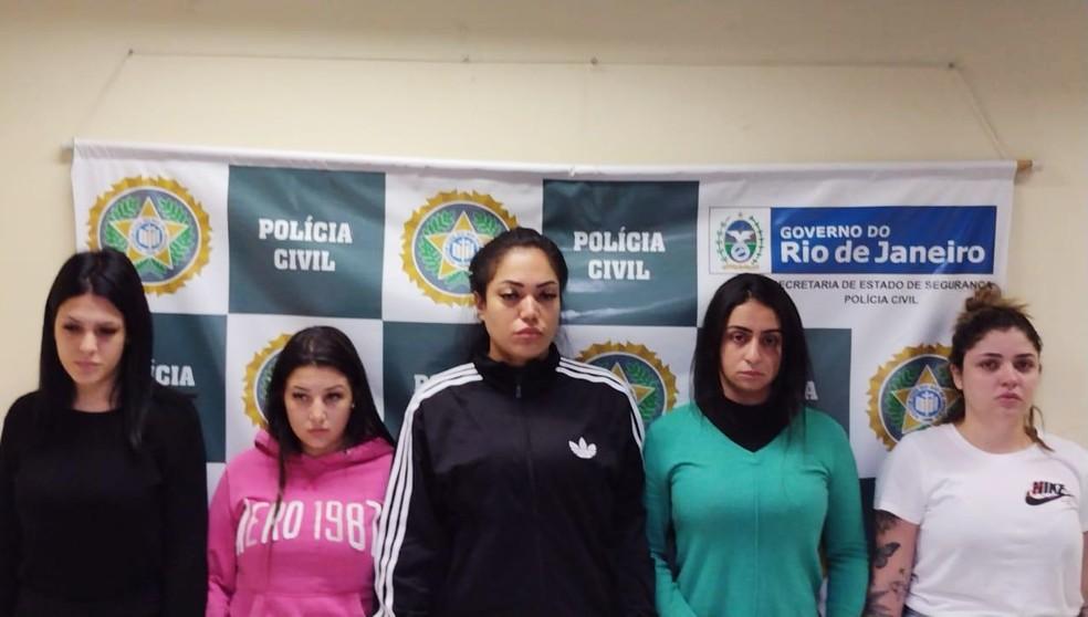 As estelionatárias Mariana Serrano, Gabriela Vieira, Rayane Sousa, Anna Carolinas  e Yasmin Navarro — Foto: Reprodução
