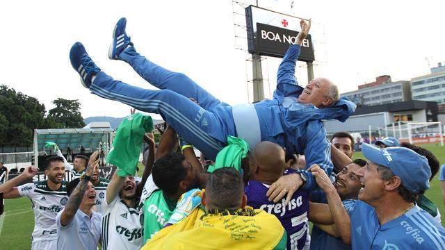 Felipão e jogadores do Palmeiras comemoram o título