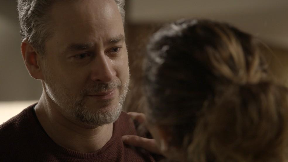 Ele acha que é efeito dos hormônios que Ivana andou tomando (Foto: TV Globo)
