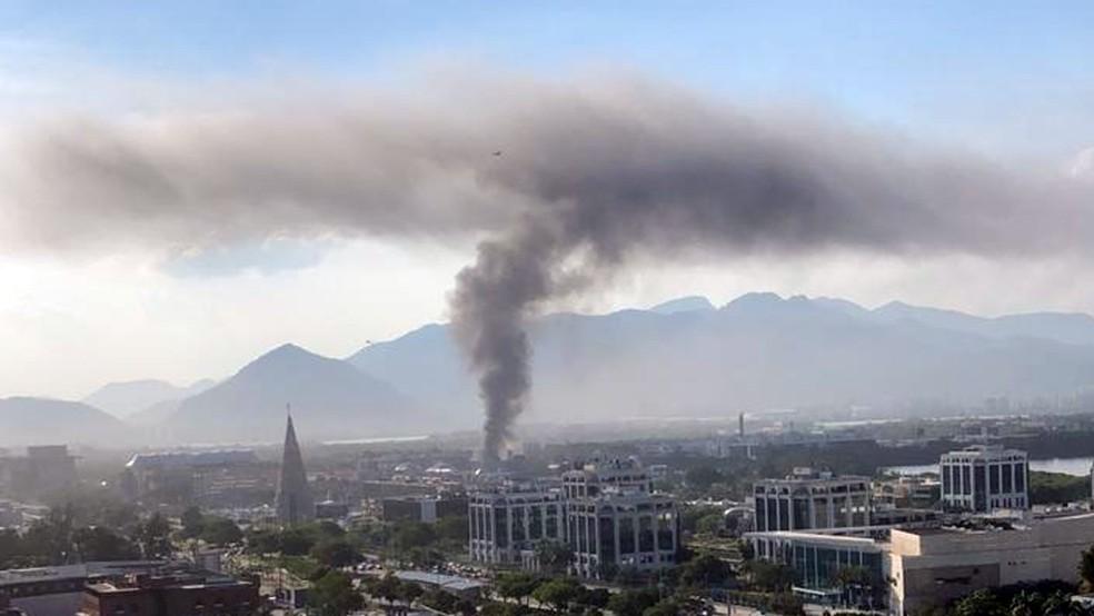 Fumaça pôde ser vista de longe na Barra da Tijuca — Foto: Reprodução/Redes sociais