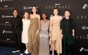Zahara Jolie-Pitt cruza o tapete vermelho com o mesmo vestido usado pela mãe em 2014