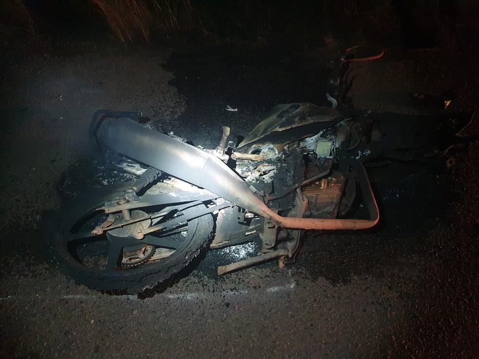 Moto ficou queimada após explosão em acidente — Foto: PRF/Divulgação