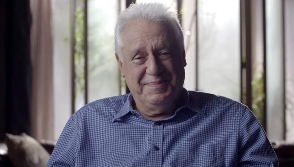 Alberto (Antonio Fagundes) declama texto de Rubem Braga — Foto: Globo