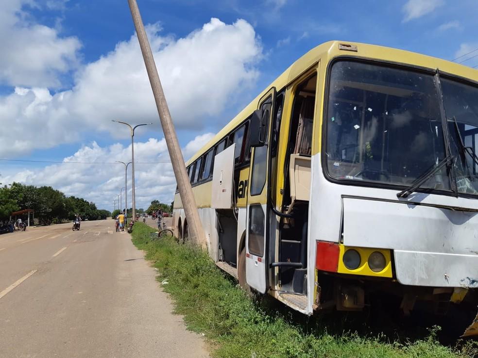 Motorista do ônibus ainda bateu em um poste de iluminação pública depois de ter perdido o controle do veículo — Foto: Divulgação/Polícia Rodoviária Federal