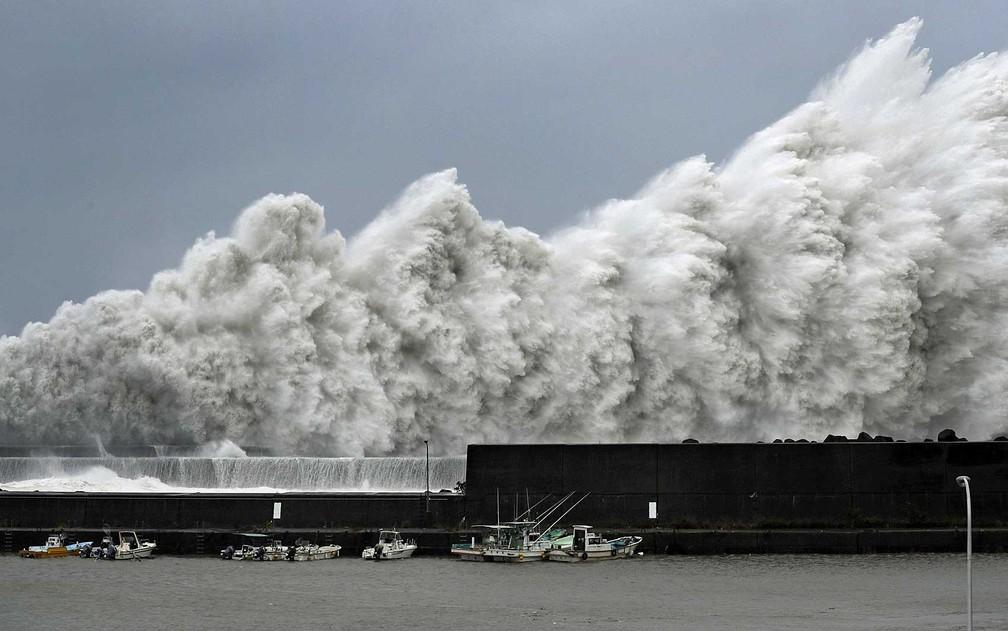 Ondas altas provocadas pelo tufão 'Jebi' em um porto de Aki, em Kochi, oeste do Japão (Foto: Kyodo / via Reuters)