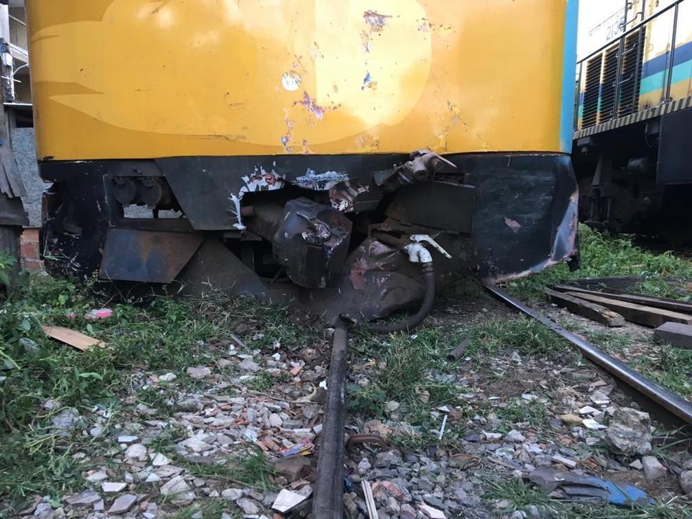 Frente de um dos trens envolvidos na batida na tarde desta sexta-feira (1º), no subúrbio de Salvador — Foto: Miro Filho/TV Bahia