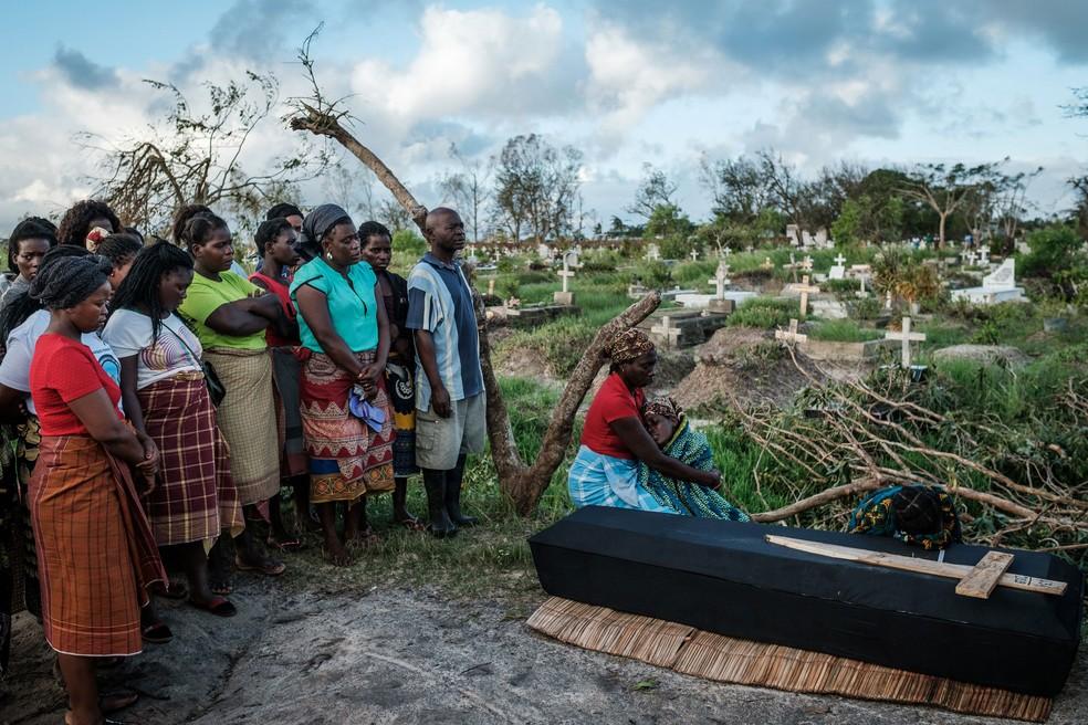 Rebecca Albino chora ao lado do caixão de seu marido, Tomas Joaquim Chimukme, durante um funeral, em Beira, na quarta-feira (20) — Foto: Yasuyoshi Chiba / AFP