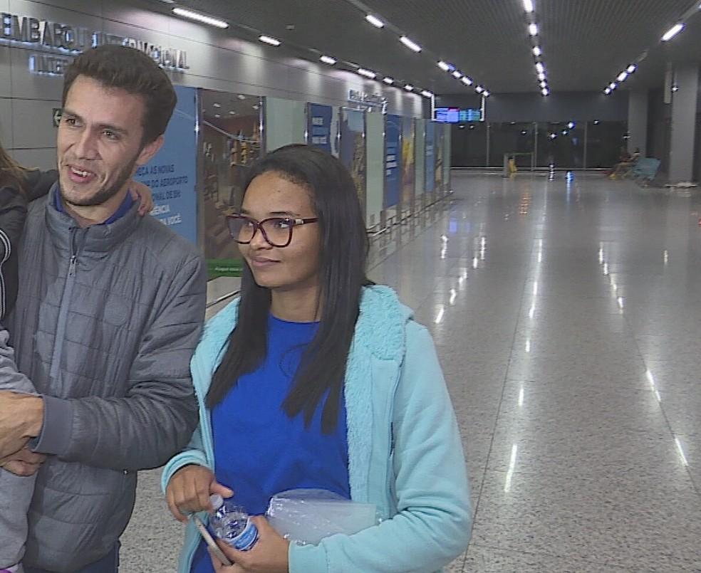 Família de Rondônia chegou ao Aeroporto de Confins nesta sexta-feira (7) em avião fretado pelo governo dos EUA — Foto: Reprodução/TV Globo