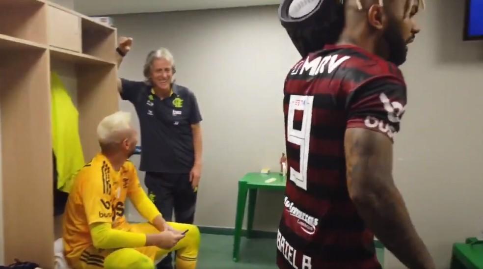 Jorge Jesus e Diego Alves olham Gabigol no vestiário — Foto: Reprodução / Twitter