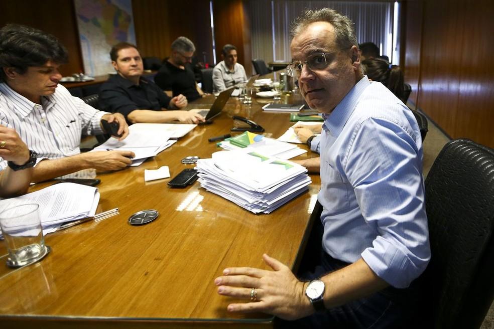 O relator da comissão especial da Reforma da Previdência, Samuel Moreira, durante reunião com técnicos no Ministério da Economia — Foto: Marcelo Camargo/Agência Brasil