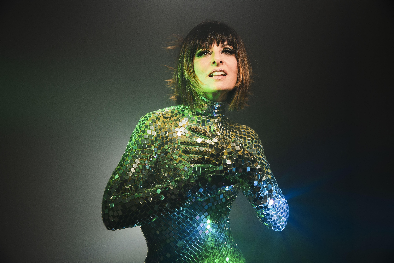 Fernanda Abreu segue o baile com remixes luminosos enquanto anuncia versão feminina do disco