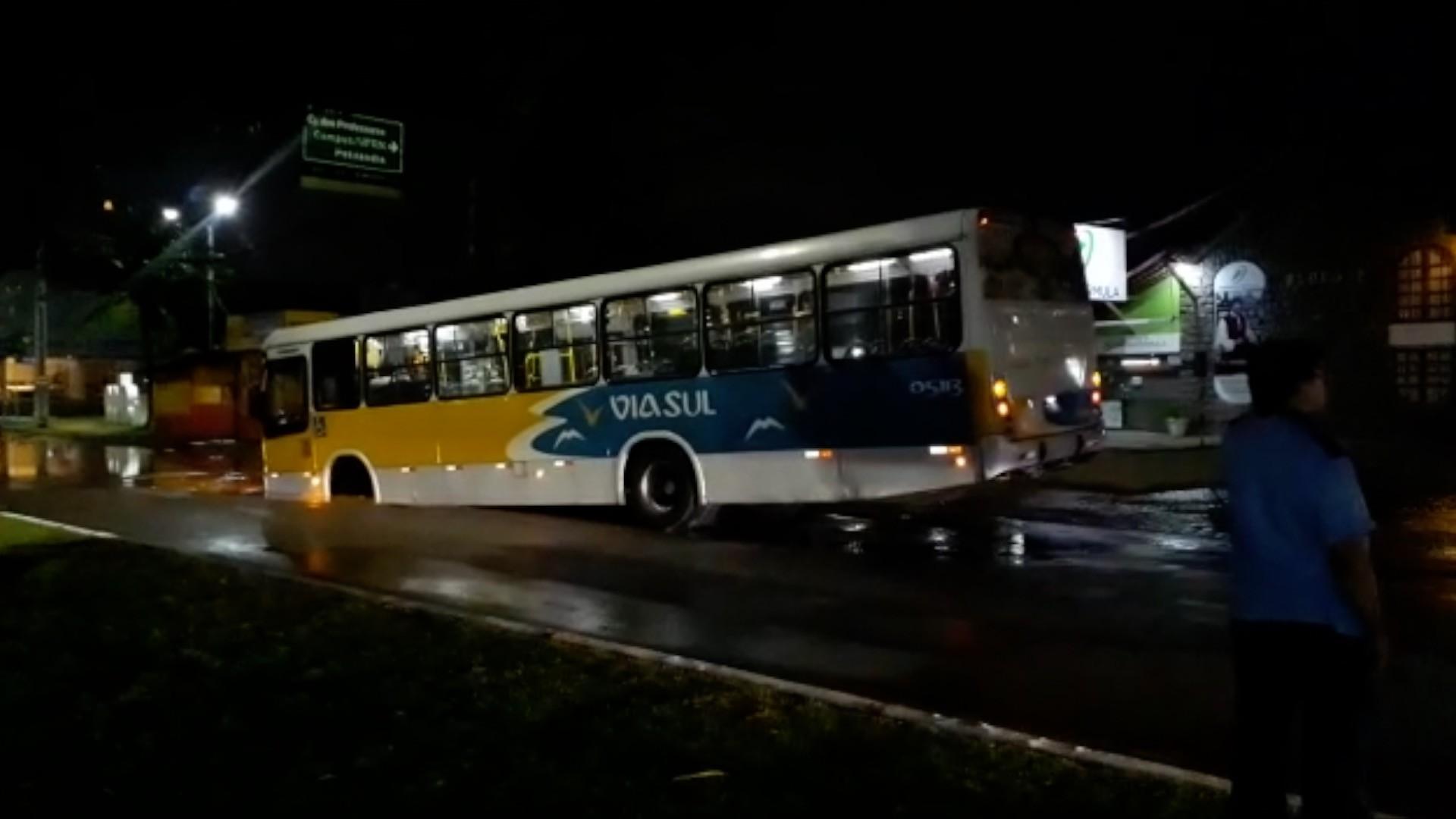 Asfalto cede e ônibus cai em buraco em avenida da Zona Sul de Natal