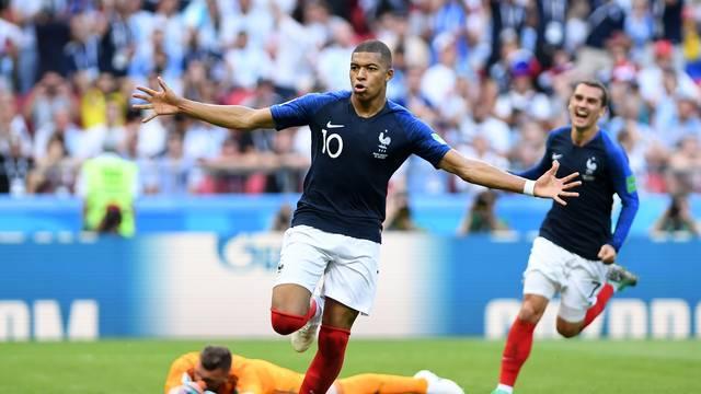 Mbappé e Griezmann comemoram gol da França contra a Argentina frente a um Armani caído em Kazan