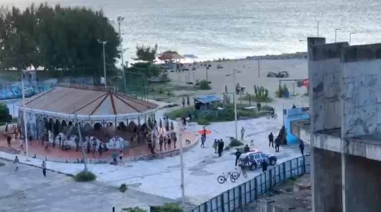 Polícia desfaz aglomeração em comunidade na orla da Praia de Iracema, em Fortaleza
