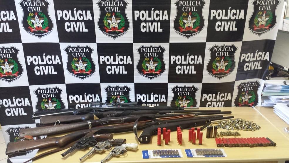 Em Caçador, também foram apreendidas armas na Operação Anjos da Lei (Foto: Polícia Civil/Divulgação)
