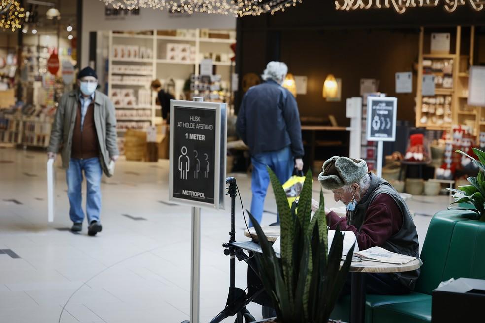 Pessoas são vistas, nesta sexta-feira (6), em um shopping na cidade de Hjørring, na Dinamarca, uma das cidades afetadas pelo lockdown decretado pelo governo na quinta-feira (5). A medida deve vigorar até pelo menos 3 de dezembro. — Foto: Claus Bjoern Larsen / Ritzau Scanpix / AFP