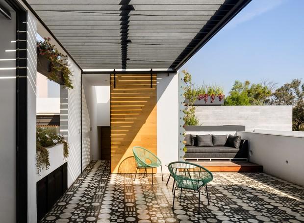 No terraço, ladrilhos hidráulicos dão vida à decoração minimalista quase monocromática (Foto:  Rafael Gamo/ Reprodução)