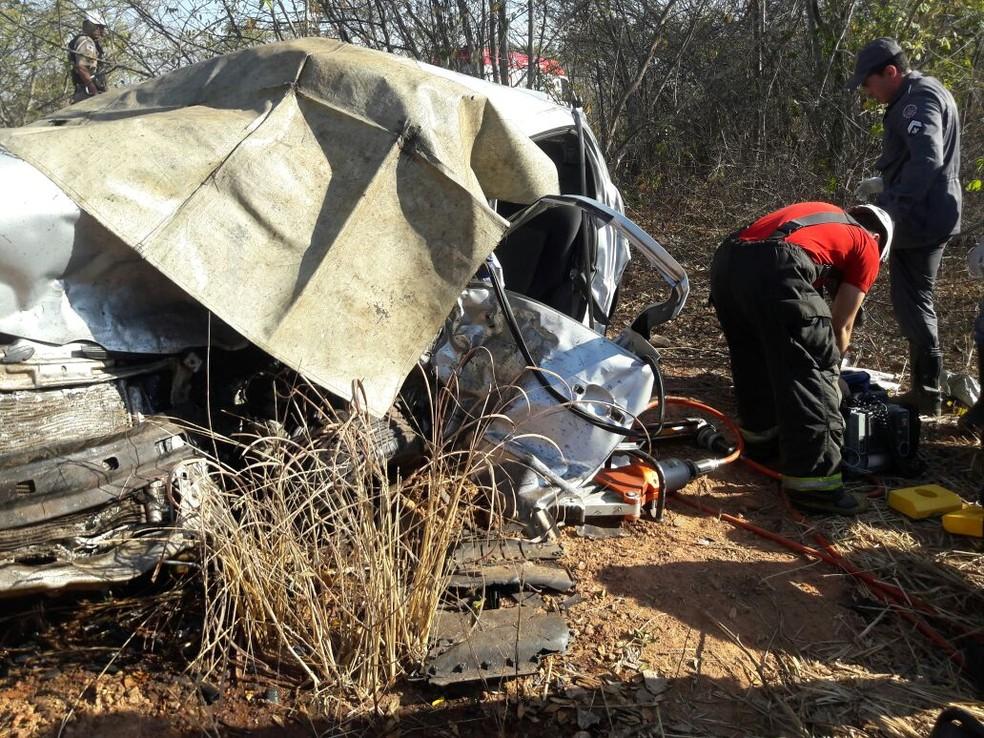 Um dos carros ficou completamente destruído. (Foto: Samu/ Divulgação)