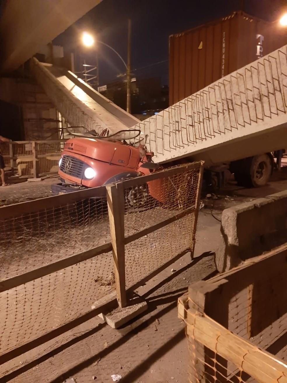 Bombeiros informaram que acidente em Coelho Neto, na Zona Norte do Rio, deixou duas vítimas.  — Foto: Reprodução/Internet