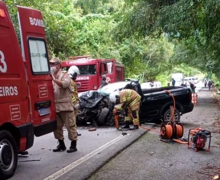 Idoso morre após batida entre carro e caminhão na BR-101, em Paraty