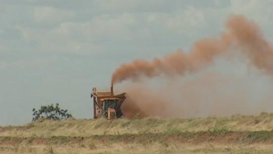 Nuvem de poeira provocada por colheitadeiras incomoda moradores de Sud Mennucci