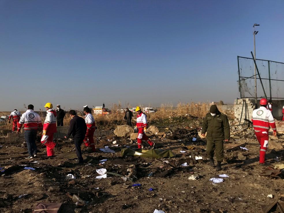 Equipes de resgate na área onde Boeing 737 caiu em Teerã, no Irã — Foto: Nazanin Tabatabaee/Reuters