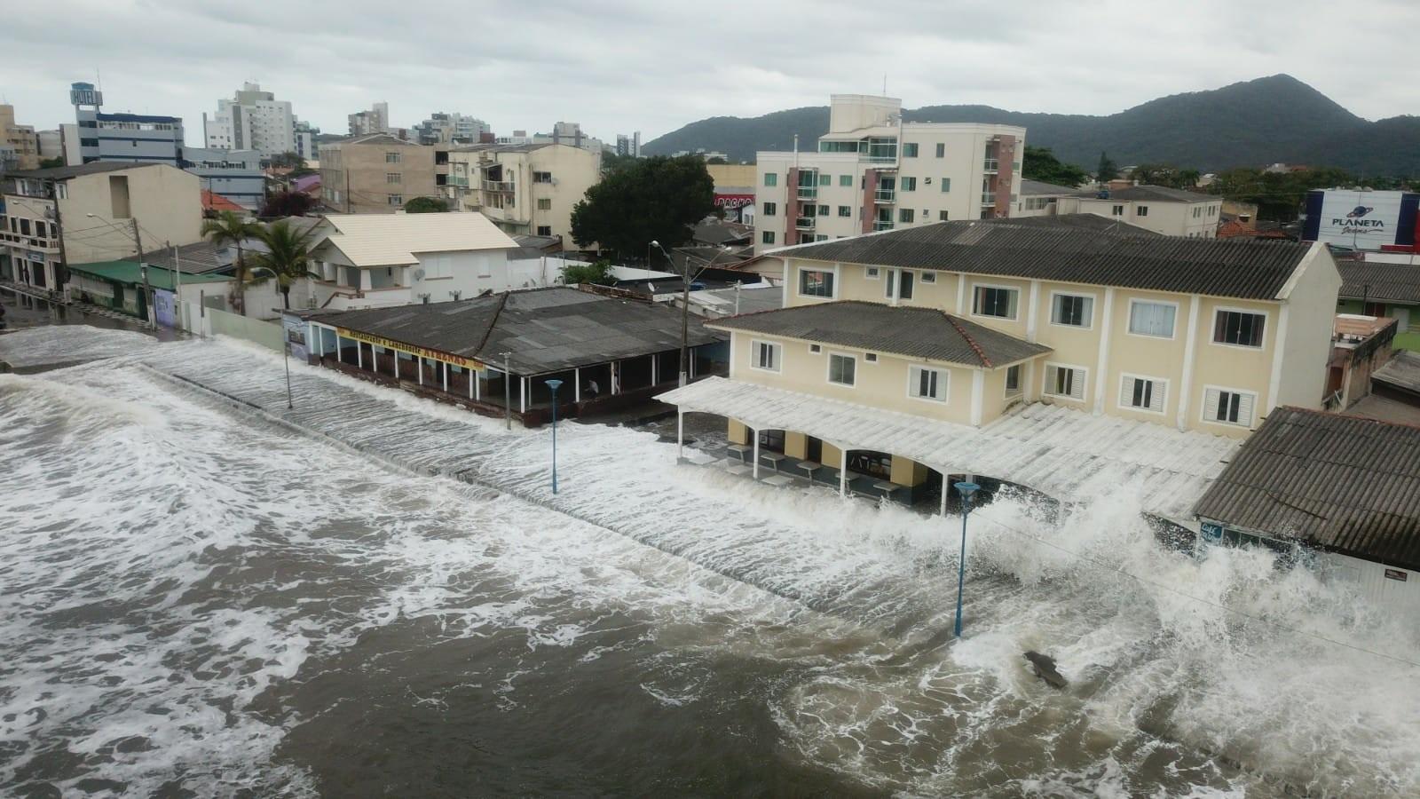 Ressaca do mar atinge casas e comércios na beira da praia em Matinhos; FOTOS